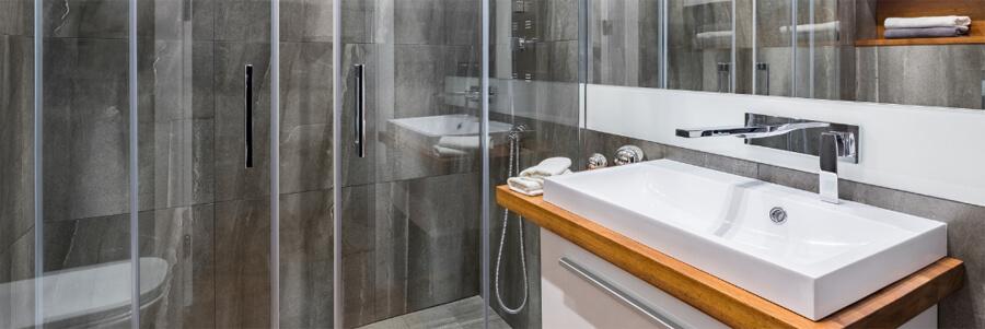 Großes Bad mit moderner Einrichtung