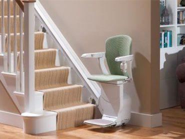 Treppen überwinden: Kosten und Einsatzmöglichkeiten eines Treppelifts