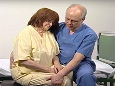 Patiententransfer vom Bett auf einen Stuhl