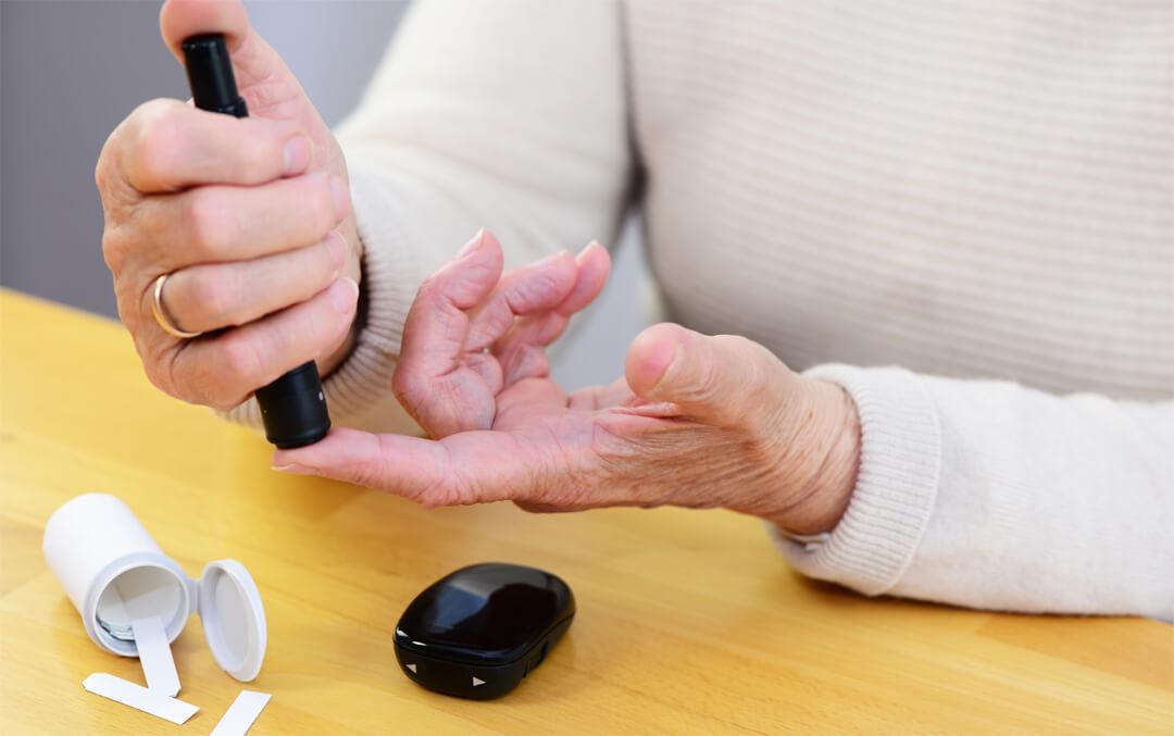 Im Alter ist es wichtig, immer wieder den Blutzuckerspiegel zu messen