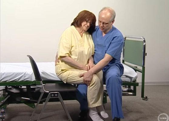 Patiententrasfer vom bett auf einen Stuhl