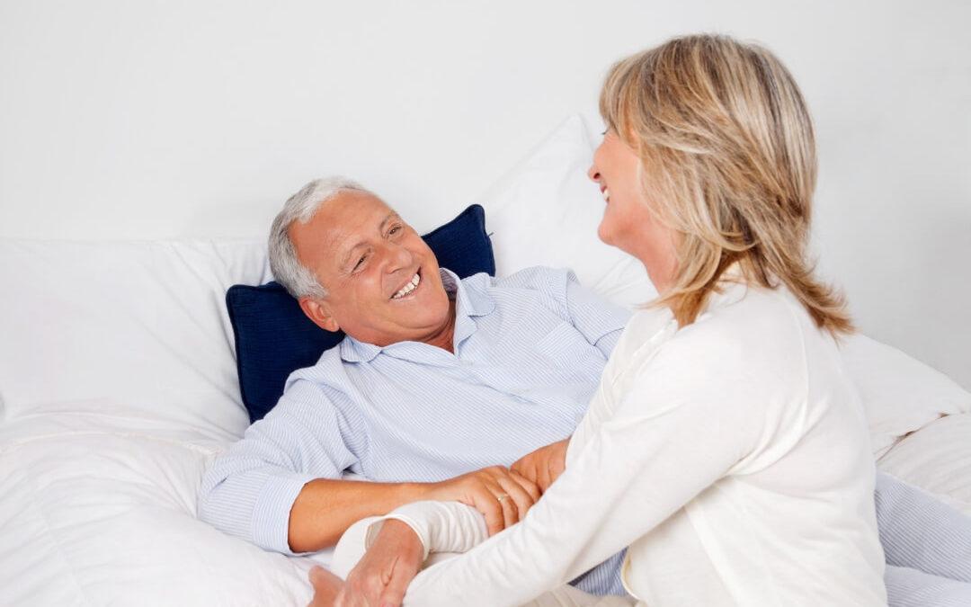 Warum ein Seniorenbett eine Alternative zum Pflegebett sein kann