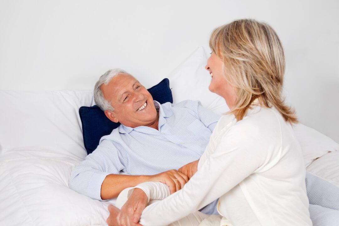 Ein Seniorenbett bringt Entlastung in der Pflege, aber auch Komfort im Alter.