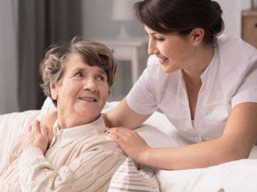 Möglichkeiten der 24-h Pflege: Entsendemodell oder selbstständige Pflegekraft
