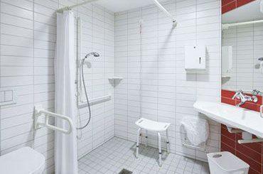 Vermeiden von Unfällen beim Duschen von pflegebedürftigen Menschen