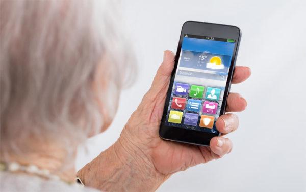 So können ältere Familienmitglieder von Smartphones profitieren