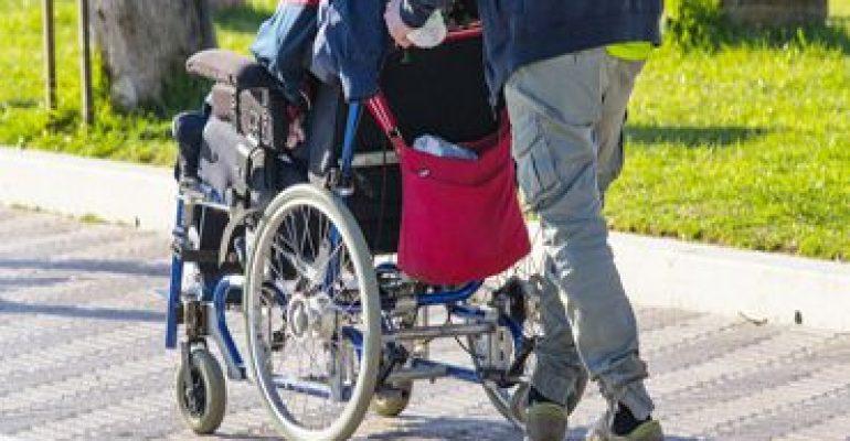 Elektrische Schiebehilfe für Rollstuhl erleichtert den Pflegealltag