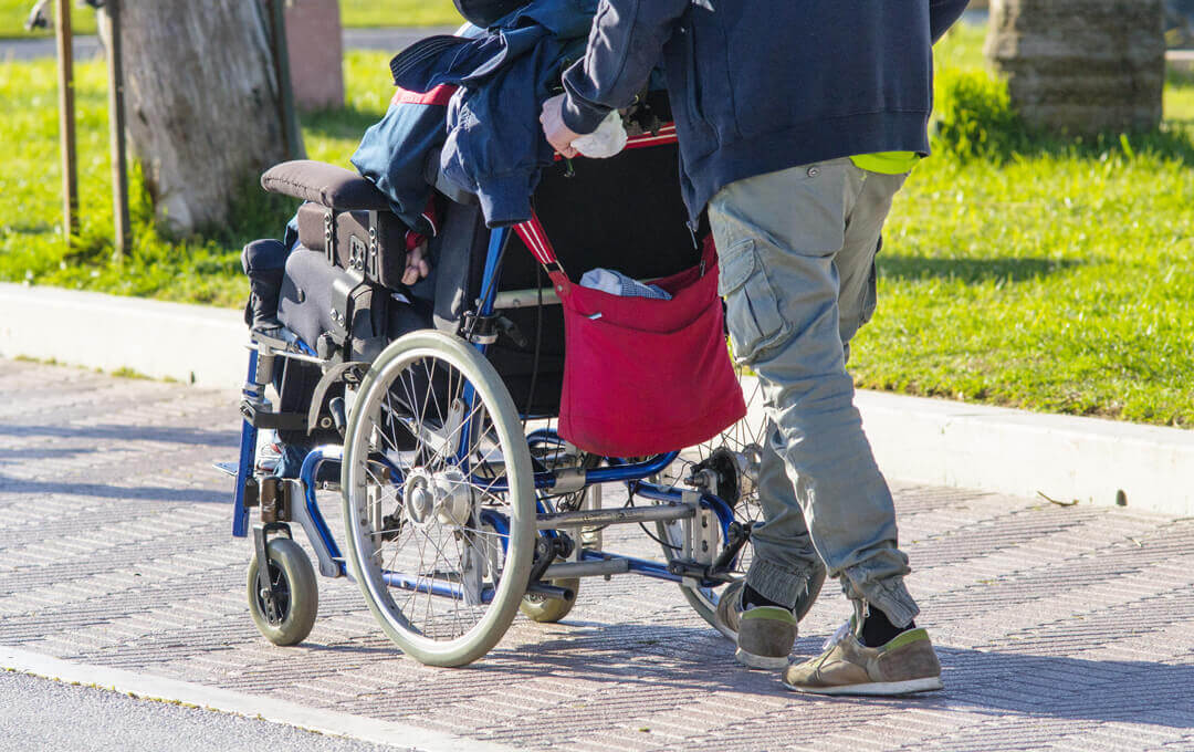 Elektrische Schiebe- und Bremshilfe für Rollstuhl