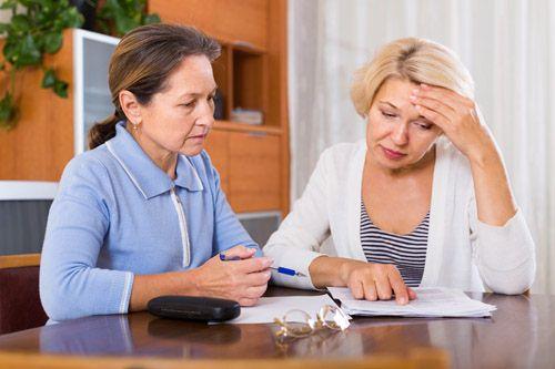 Eine Frau füllt einen Antrag auf Pflegeleistungen aus