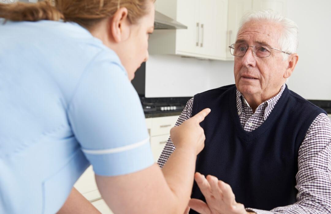 Gewalt in der Pflege. Wie können sich Pflegende und Pflegebedürftige schützen? Was ist Gewalt in der Altenpflege?