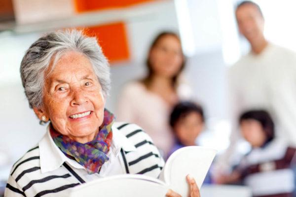 Wer ein Elternteil pflegt, kann den Elternunterhalt als Naturalunterhalt anrechnen lassen.