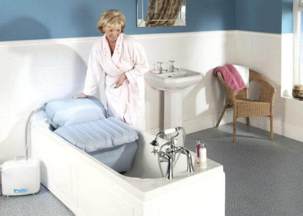 Das Badekissen gehört zu den Badewannenliften und ist ein nützliches Hilfsmittel für gehandicapte Personen.