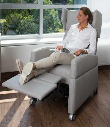 Pflegesessel-mit Aufstehfunktion und ausgefahrener Beinablage