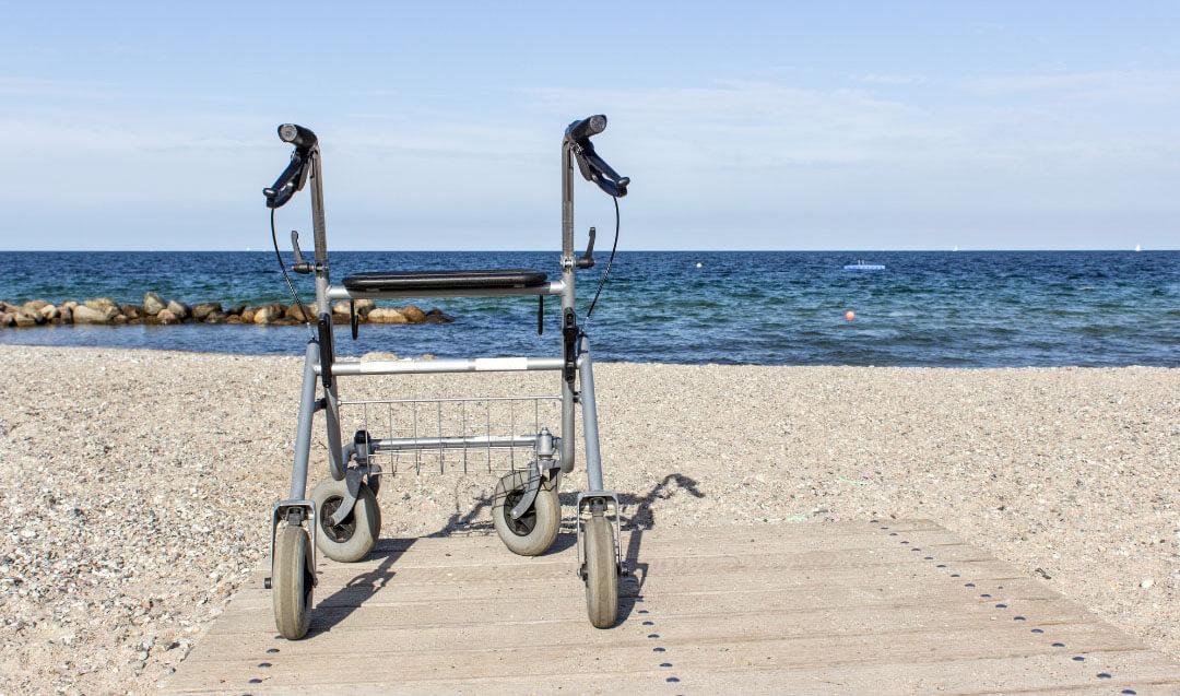 Ein Rollator kann die Sturzgefahr bei körperlich eingeschränkten Menschen sehr reduzieren.