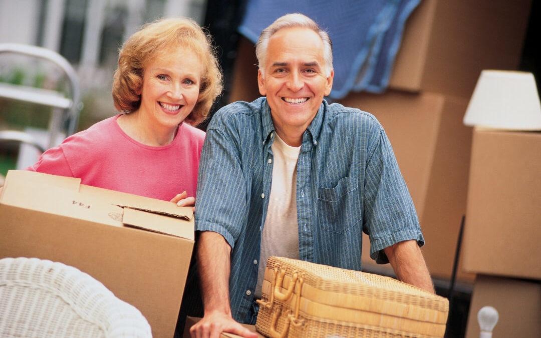 Älteres Paar schleppt Umzugskartons