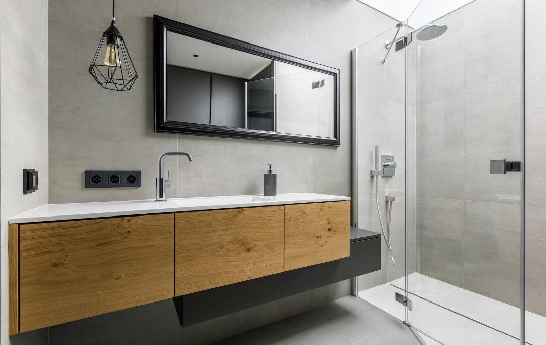 Perfekter Umbau eines modernen schönen Bades nach der Sanierung