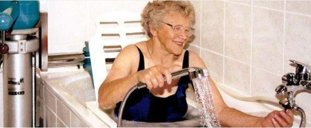Schwenklift für die Badewanne