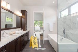 Antirutschbeschichtung: Ein nasser Boden ist eine große Sturzgefahr auch für ältere Menschen