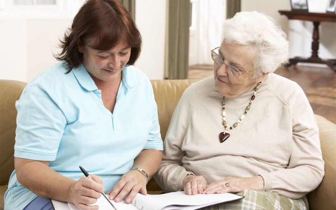 Wer Pflegegeld bezieht, muss regelmäßig einen Beratungseinsatz beantragen.
