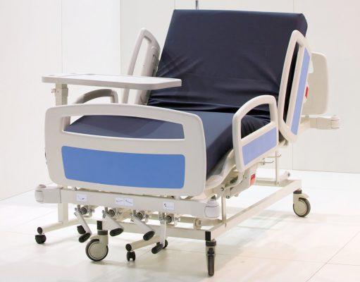 Pflegebett - Krankenhausbett: Mit dicker Matratze, Bett verstellbar