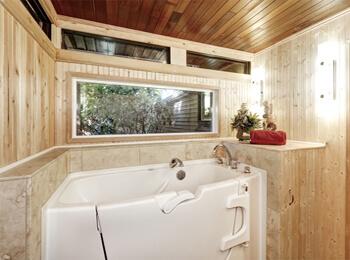Sitzbadewanne mit Türe, für den bequemen Einstieg in die Badewanne