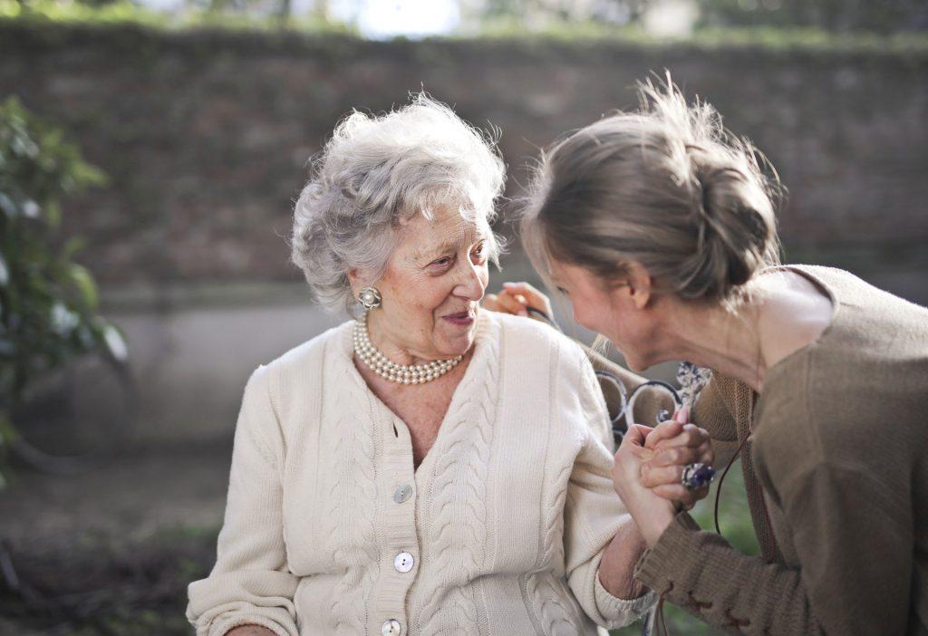 Ältere Pflegebedürftige Dame mit Betreuerin